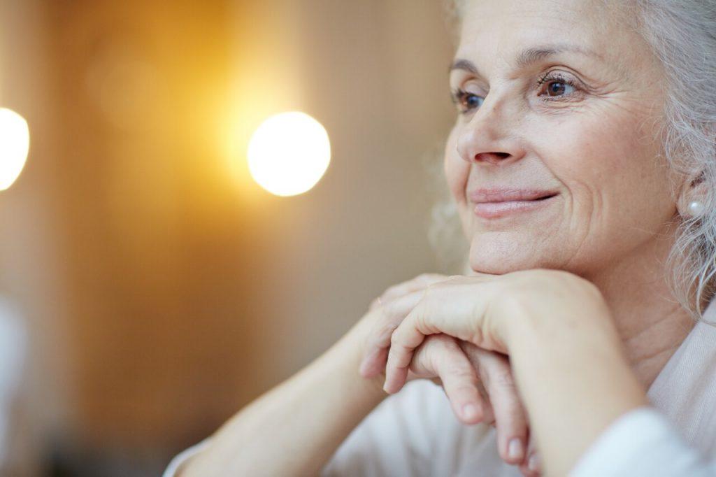 Anciana sonriente y serena