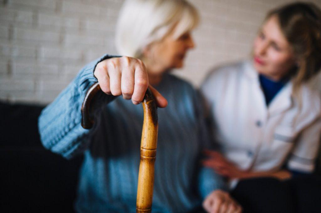 Enfermera ayudando a anciana