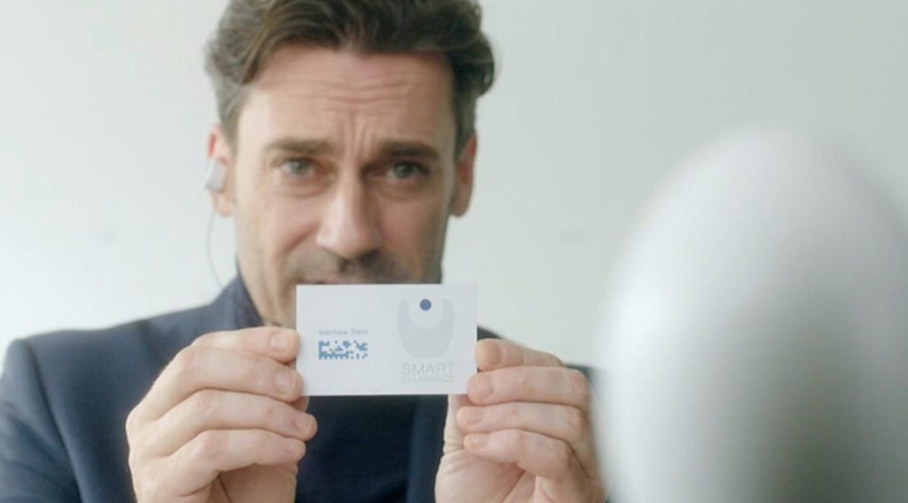 Técnico mostrándole al dispositivo una tarjeta informativa