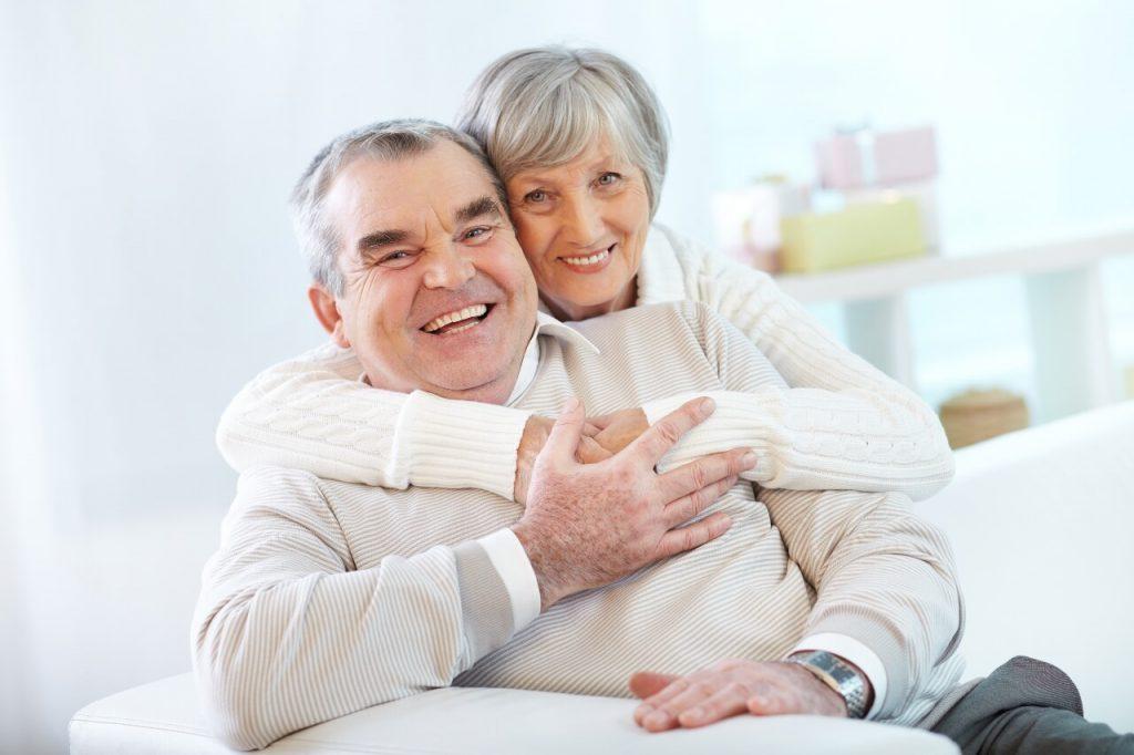 Pareja de ancianos sonrientes