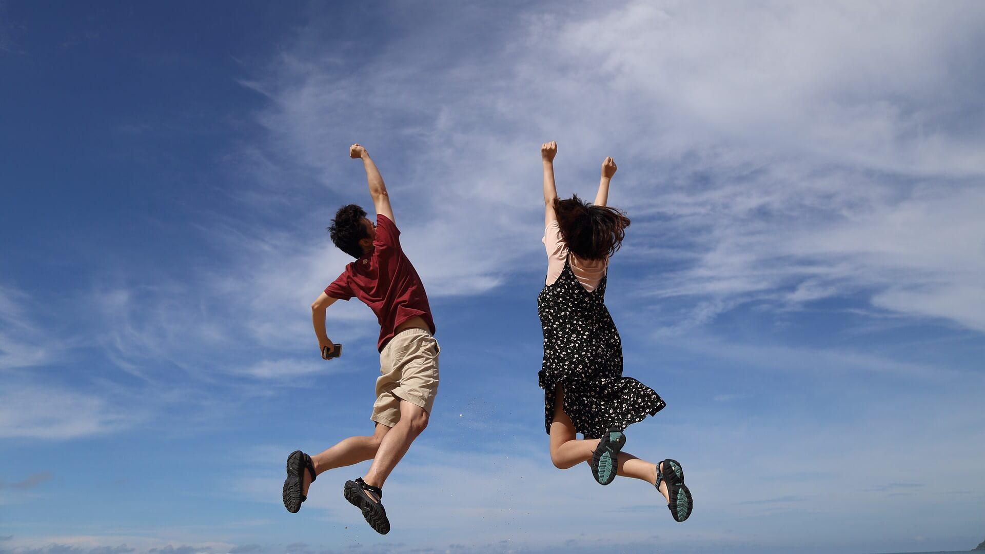 pareja saltando