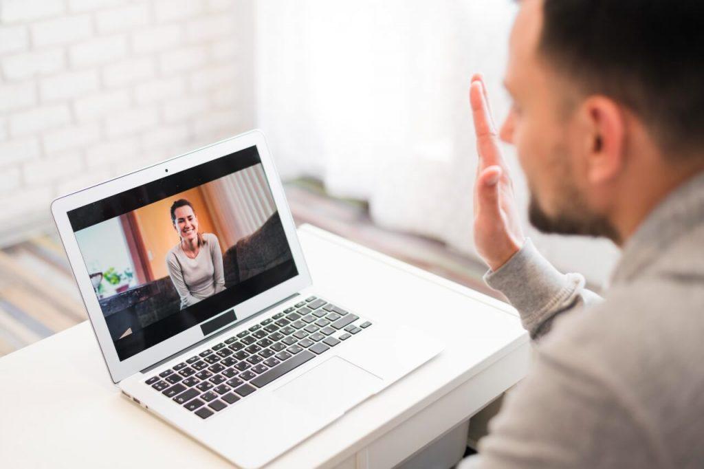 Hombre haciendo una videollamada con una mujer
