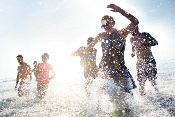 grupo de personas jugando en la playa