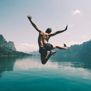 persona saltando al agua