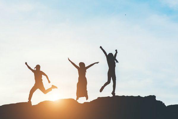 siluetas de personas saltando de alegría