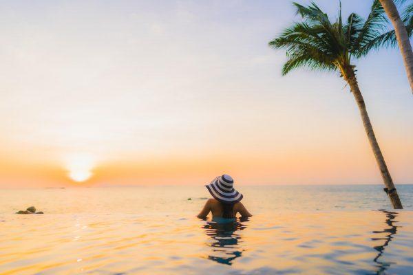 mujer sumergida en la playa